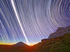 The photograph of long exposition registers the movement of rotation of the Land from a place in the height of the line of the Equator in one day of 2010 equinox. The photograph combines diurne and nocturnal phenomena and registers the sky of the hemispheres north and south.