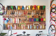 La decoración de esta tienda de bicicletas es un caos ordenado donde se juntan estéticas diferentes, Vintage, moderno, colorido o retro, igual que las bicicletas que venden o reparan. http://ideasinteriorismo.com/portfolio/decoracion-vintage-tienda/