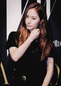 【禁二传二改】郑秀晶(Krystal),1994年10月24日出生于美国加利福尼亚州旧金山,韩国女歌手、演员,女子演唱组合f(x)成员