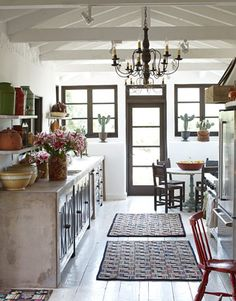 If you like the look of warm, welcoming old-world homes, Spanish kitchen style might be the right style for you. We've already explored some of the best Spanish kitchen designs. Get ready to be stunned! Spanish Style Homes, Spanish House, Spanish Colonial, Spanish Revival, Beautiful Kitchens, Beautiful Homes, House Beautiful, Dream Kitchens, California Decor