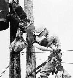 Beijo da vida  Notem mais um detalhe nesta foto. O que salvou a vida de RG Champion impedindo que caísse e permitiu que o JD Thompson pudesse fazer a respiração boca a boca foi o equipamento de segurança. Se não fosse isto não só esta foto nunca teria sido feita como o Champion teria tido uma queda podendo s