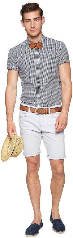 Jeans-Bermuda für Männer (unifarben, mit Knopfverschluss) aus Jeans mit kleinem Stretch-Anteil, mit Crinkle-Effekt, Backpockets mit Ziernähten, mit ausgefransten Beinsäumen. Material: 99 % Baumwolle 1 % Elasthan...