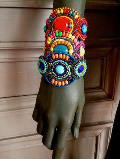 superbe bracelet manchette brodé fleur multicolore : Bracelet par fifi-canari-la-boutique