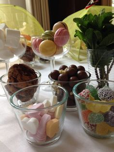 High tea voor kinderen Maltesers, snoephartjes, tum tum, chocolate chip cookies, macarons en marsh mellows.