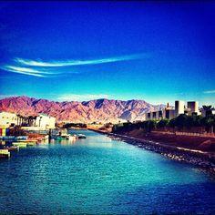 En Eilat podran disfrutar durante el dia del turismo de Sol y Playa, o para los aficionados a los deportes marítimos a quienes les guste bucear, hacer esquí acuático, nadar o navegar. También cuenta con todas las comodidades de un centro turístico moderno, hoteles de lujo, buenos restaurantes, bares, locales de copas, locales nocturnos, etc.