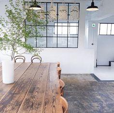 Stoer & industrieel wonen | stalen raamframe met stoere vloer en robuuste houten tafel | interieurinspiratie