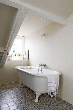 salle de bain avec sol rétro en carrellage ciment