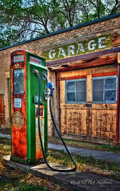 Old closed down pump and garage Old Gas Pumps, Vintage Gas Pumps, Old Garage, Garage Art, Burger Bar, Abandoned Cars, Abandoned Places, Pompe A Essence, E Motor