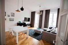 Świetna lokalizacja, przestronne wnętrza i wysokie stropy. Mieszkanie w Warszawie, choć zniszczone, miało wielki potencjał. Po generalnym remoncie dodatkowo zyskało na stylu.