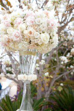 Rosas: siempre estarán presentes en las bodas. Además de ofrecer variedad de colores, combinan a la perfección con otras especies y son fáciles de agrupar en ramos, centros de mesa y en arreglos esféricos.