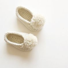 Pom Pom Baby shoes, Genderless Baby shoes, Modern Baby Shower gift, Cream Baby booties with pom pom, made to order by VeraJayne Crochet Baby Cocoon, Crochet Bebe, Crochet Shoes, Crochet Baby Booties, Pom Pom Baby, Pom Poms, Baby Shower Gifts To Make, How To Make A Pom Pom, Baby Shower Balloons
