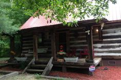 Cabin in Cherry Log, United States. Renew your soul in this creek front cabin nestled 90 minutes from Atlanta in Blue Ridge in the N. Georgia mountains 15 minutes from town and 20 from Ellijay. The noisy sounds of Fightingtown Creek greet you as you step into the delightful decor of...