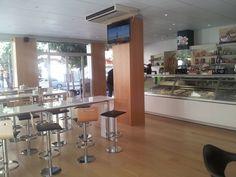 2011 TUCAO. Cafetería, pastelería y heladería en la Gran Vía de Cehegín. Diseño y decoración de Ernesto Oñate. Vista de la zona de desayunos y meriendas, con la barra al fondo. Suelo en tarima de haya natural.