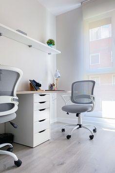 Estudio de trabajo con dos puestos. Sobre a medida de acabado madera y silla con ruedas gris y blanco. Proyecto de R de Room. #rderoom #despacho #escritorio #espaciodetrabajo #homeworking Corner Desk, Furniture, Home Decor, Grey And White, Light Shades, Work Spaces, Wheels, Desktop, Homemade Home Decor