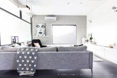 Grafiitinharmaassa kaksiossa // Aleksi-r.com Kaunis harmaa sohva, laattalattia olohuoneessa