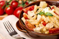 La pasta alla checca è un primo piatto primaverile tipico romano: un'insalata di pasta corta con mozzarella, caciotta, pomodori e basilico.