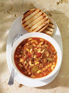Recette de soupe aux saveurs de hamburger. Servir avec des pains hamburgers grillés. Une recette santé de Ricardo. Ingrédients: boeuf haché, tomates, cornichons, macaronis...