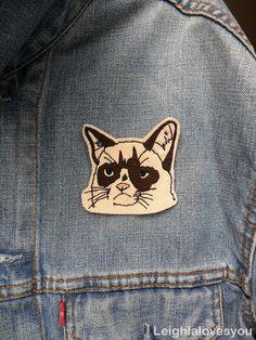 Mürrische Katze gestickt Patch/Brosche von LeighLaLovesYou auf Etsy