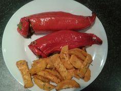 Mit Zucchini,  Möhren, Mangold und Quinoa gefüllte Paprika und Süßkartoffel Pommes