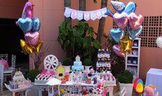 Arranjo de balões metalizados. Os balões em formato de coração e passarinho dispostos ao lado da mesa principal. Arranjo de balões metalizados. Formado de balões de passarinho e coração para ser disposto ao lado da mesa principal. Créditos: Balão Cultura www.boxbalao.com Peppa Pig, Children, Cake, Balloon Arrangements, Desk Arrangements, Kids Part, Products, Culture, Pie Cake