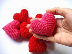 Corazón Amigurumi - Patrón Gratis en Español aquí: http://blog.bichus.es/2014/07/corazon-amigurumi-patron-paso-paso.html