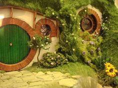 """Hobbit House of """"The Lord of the Rings"""" in miniature. Curious Hobbit house of """"The Lord of the Rings"""". Casa Dos Hobbits, Mini Chalet, Fairy Houses, Hobbit Houses, Tolkien, Middle Earth, My New Room, Lord Of The Rings, Nature"""