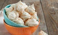 Suspiro   15 claras 15 colheres (sopa) de açúcar raspas de casca de limão a gosto margarina para untar Na batedeira, bata as claras em ponto de neve firme. Acrescente o açúcar, aos poucos, batendo a cada adição. Retire da batedeira e misture as raspas de limão. Transfira para um saco de confeiteiro com bico pitanga médio e modele os suspiros em uma forma forrada com papel-manteiga untado. Leve ao forno baixo, por 40 minutos ou até firmar!