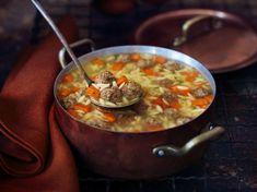 Soupe aux boulettes à l'iitalienne Supper Recipes, Soup Recipes, Cooking Recipes, Healthy Recipes, Healthy Food, Italian Meatball Soup, Italian Meatballs, Orzo Soup, How To Cook Meatballs