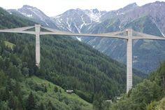 Ganterbrücke (suiza 1980), long 678 m, torre 150 m, ancho 10 m, vano max 174 m.