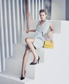 """「ディオール(DIOR)」はアイコンバッグ""""ビー ディオール""""の新しい広告キャンペーンのミューズに、女優のジェニファー・ローレンスを起用した。数々のブランド広告を手掛けたパオロ・ロベルシが撮影を担当し、ピュアでミニマルな空間を演出した。""""..."""