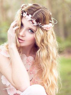 Penteados modernos para noivas com tiara floral: Veja a diferença em comparação com as grinaldas de flores. As tiaras são muito mais delicadas e discretas.