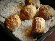 Mod de preparare Cartofi Byron: Cartofii in coaja se spala foarte bine, apoi se pun intr-o tava in care am pus un strat generos de sare. Se da tava la cuptor pentru aproximativ 1 ora, pana cartofii sunt copti. Ii incercati cu o furculita. Cartofii copti se taie in doua,… Potato Recipes, Potatoes, Bread, Potato, Breads, Sandwich Loaf