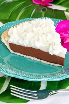 Chocolate haupia pie is a popular pie found in Hawaii. It's a rich chocolate pie with a coconut haupia layer and topped with whipped cream. Chocolate Haupia Pie Recipe, Chocolate Pies, Chocolate Recipes, No Bake Desserts, Easy Desserts, Delicious Desserts, Yummy Food, Hawaiian Dessert Recipes, Butter Mochi