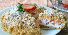 Nepečený koláč s krémovou náplní a jahodami