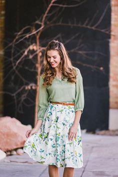 Saia floral + camiseta de manga longa verde. Look romântico