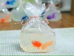 À part : fondre la base de savon coco puis vite la mettre dans un sac plastique et balancer un petit poisson en plastique au milieu je pense qu'il n y a rien d autre à faire mais faut trouver le bon sachet plastique qui tient à une douce chaleur ..voilou