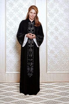 Queen Noor attends the opening of the Arab Children's Conference in UAE Reina Noor, Queen Noor, Hijab Fashion, Fashion Outfits, Black Abaya, Queens, Royal Beauty, Royal Tiaras, Royal Queen
