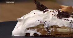 Μπανοφι Ακης Πετρετζικης   ΥΛΙΚΑ  Για τη βάση  250 γρ. πασχαλινά κουλουράκια  50 γρ. βούτυρο  50 γρ. σοκολάτα κουβερτούρα  Για τη γέμιση  2 κουτιά ζαχαρούχο γάλα  1 πρέζα αλάτι  Για τη σαντιγί  500 γρ. κρέμα γάλακτος  1 κ.γ. σιρόπι βανίλιας  Για το στήσιμο  3 μπανάνες  1 κ.σ. χυμό λεμονιού