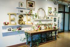 Decoración entrada de una ceremonia. Mirar en concreto la decoración de las mesas. (gold letters) (Green Wedding shoes)