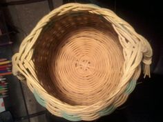 Žlutozelený košík s pleteným dnem