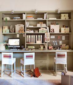 Busca un sitio para cada cosa  Organiza la librería guardando lo que menos uses arriba y lo que necesites más a mano en las baldas de acceso...