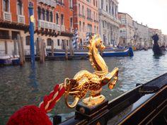 Une gondole et son ornement luxueux dans les canaux - Venise, Italie