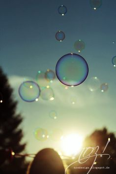 A differenza che nelle grandi difficoltà della vita, nelle piccole cose, nei momenti che passano in un lampo, risplende quella luce misteriosa che si vede quando si realizza un sogno. Banana Yoshimoto   soap bubbles