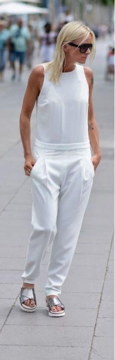 Clea Chic in weißem Overall mit trendigen, silbernen Flats.