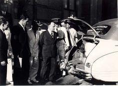 Getúlio Vargas examina carro movido a gasogênio, 1942. Rio de Janeiro (RJ). (CPDOC/ CDA Vargas)