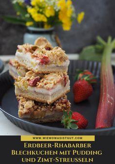 Was Kuchen betrifft, komme ich zur Zeit einfach nicht um die Kombi Erdbeere + Rhabarber vorbei – geht Euch doch sicherlich auch so oder?Die süße Erdbeere kombiniert mit dem säuerlichen Rhabarber auf einem Bett aus köstlichem Vanille-Pudding wird am Ende noch getoppt von aromatischen Zimt-Streuseln. Dieser Blechkuchen ist wirklich super lecker.  #kuchen #erdbeere #rhabarber #pudding