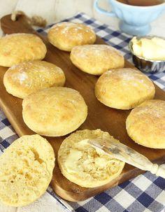 Bakverk matbröd: Saftiga frallor med nyttiga och goda morötter i degen.