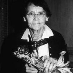 Barbara McClintock (EEUU, 1902-1992) Se especializó en la citogenética y obtuvo un doctorado en botánica en el año 1927. A pesar de que durante mucho tiempo sus trabajos no fueron tomados en cuenta,30 años más tarde se le otorgó el premio Nobel por su excepcional e increíblemente adelantada para su época 'Teoría de los genes saltarines', revelando que los genes eran capaces de saltar entre diferentes cromosomas.Hoy, éste es un concepto esencial en genética.