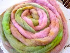 Corriedale pastelowe  Ręcznie farbowana wełna rasy Corriedale, w kolorach pastelowych róży i zieleni.