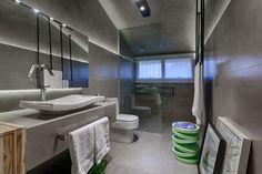 A arquiteta Camila Ferreira, do escritório Ferreira Arquitetura, apostou na funcionalidade das formas e linhas retas, junto com a homogeneidade do revestimento sóbrio, para destacar a identidade visual deste banheiro masculino